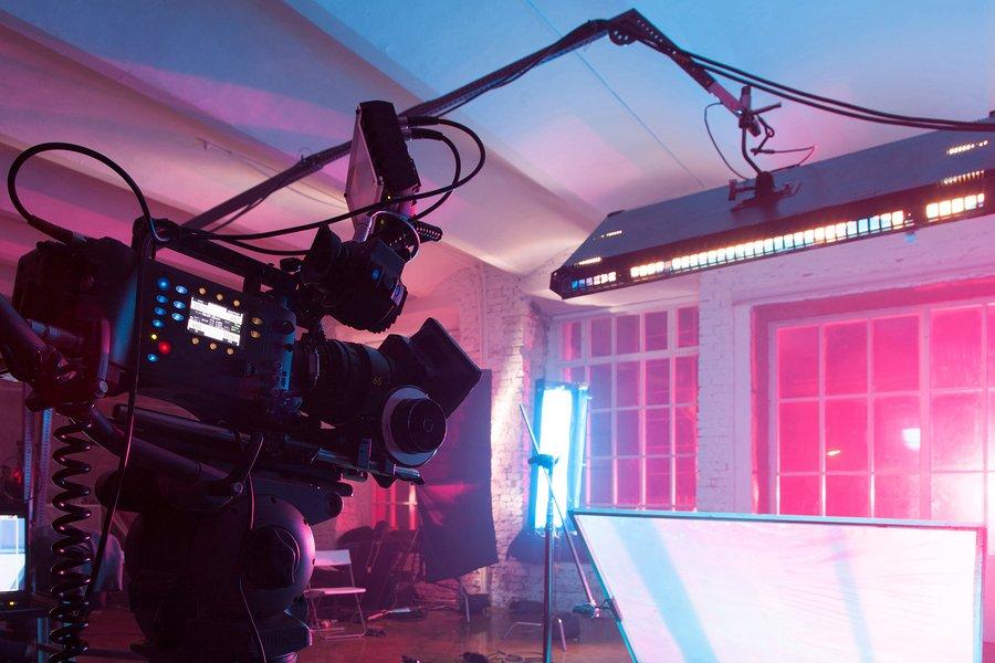 Svícení scény při natáčení